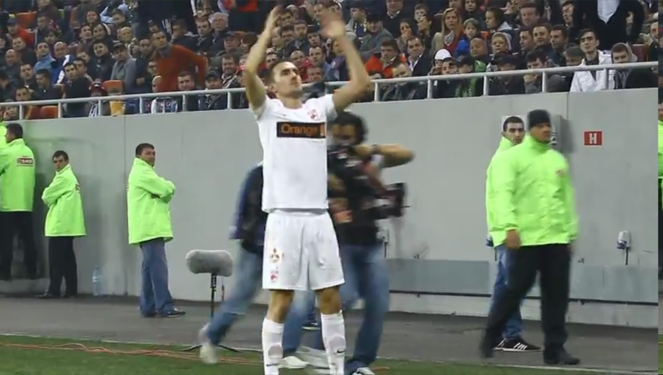 Steaua - Dinamo - 04.11.2012 - Alexe saluta peluza